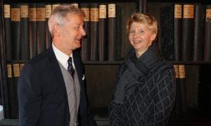 Dr. Brigitte Pfeil (Leitung der Sondersammlungen der Landesbibliothek) gemeinsam mit Verleger Conrad Fischer vor einem Teil des Bernecker-Verlagsarchivs ©Foto: pm   nh