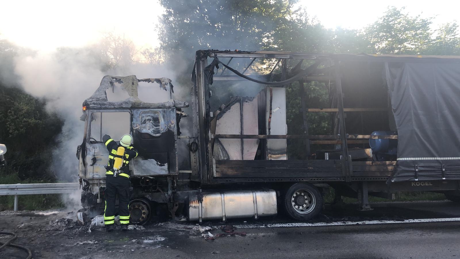 A 7: Flammen von Sattelzugmaschine greifen auf Ladung über (Video) - nh24.de